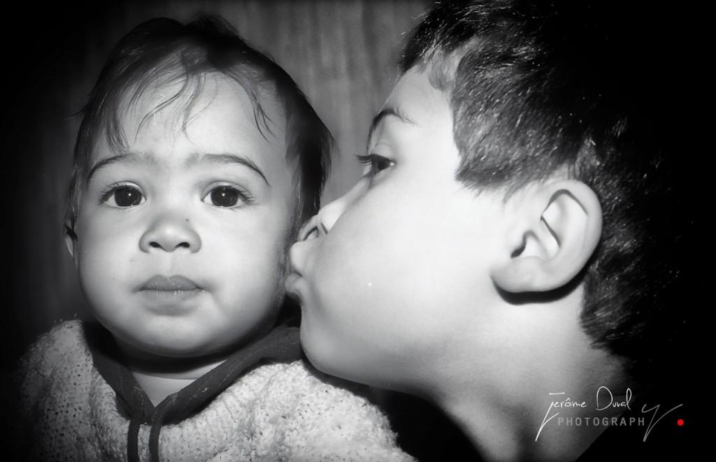 photo NB enfants s'embrassent
