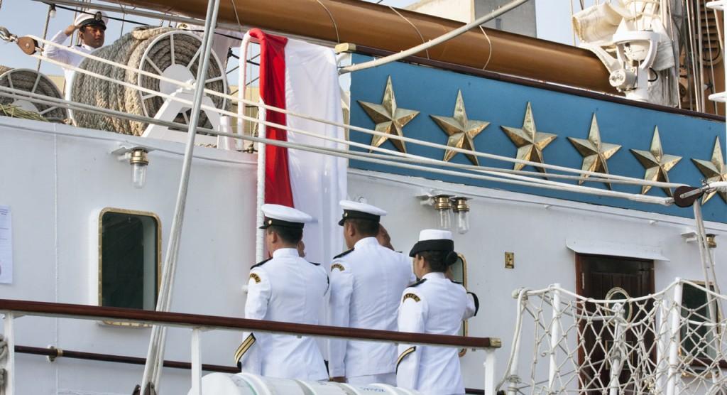 marins au garde à vous